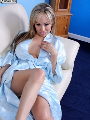 Blond babe and her first dildo