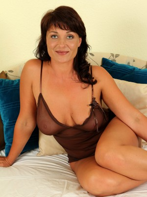 Curvaceous brunette hair Belle P stabs at her aged vagina with a golden dildo