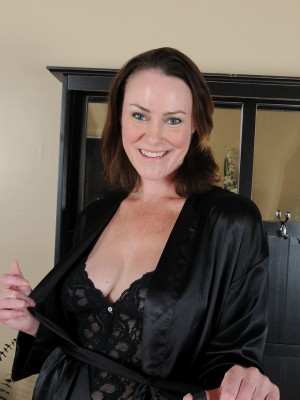 Popular brunette hair Mummy Veronica Snow pulls aside thong to show all