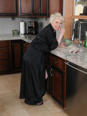 31 year mature Goldie Ray acquires her large mambos moist inwards the kitchen