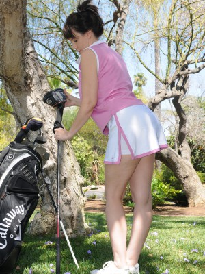 Kelly Capone cracks from practicing golfing to receive in nature's garb inwards the backyard