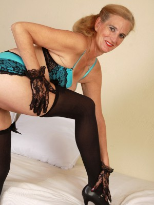 Lewd 52 yr old Ray Lynn slides off her blue knickers and widens