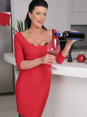 32 yr old Olivia from AllOver30 receives stripped after one glass of red wine