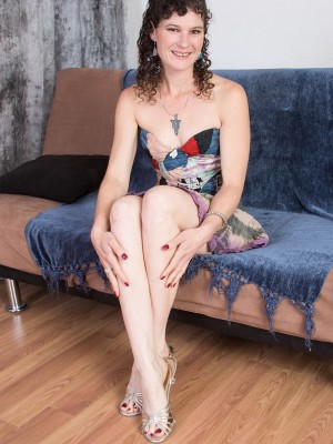 Curvaceous 35 yr old Amber S from AllOver30 worshipping the girl hawt gams