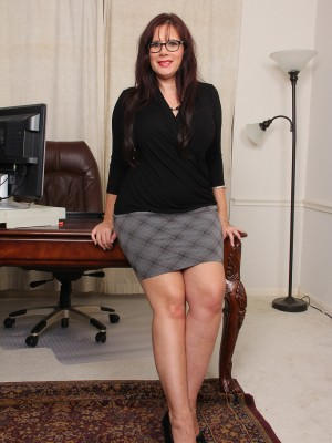 Nasty curvaceous assistant Sasha Karr jumps regarding the desk and widens wide open
