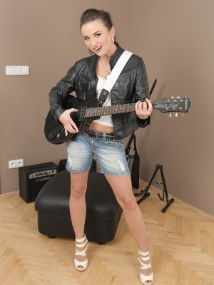 Gorgeous rocker Niki Sweet jams on her guitar and shows off her nude body