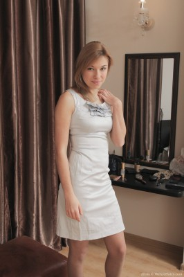 Alisia undresses from her dress plus pantyhose about bed