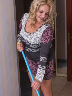 Hot plus hairy housewife Lariona cleaning up for us