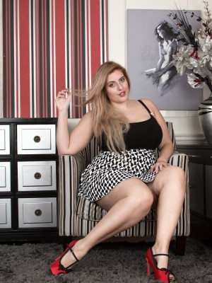Red footwear and sexuality make Ellie Roe get bare