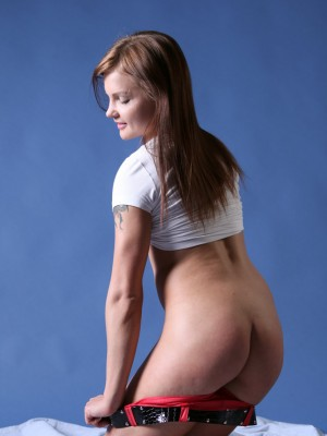 glamorous-model-vikki-reveals-perky-tits-and-shows-off-her-beauty-6