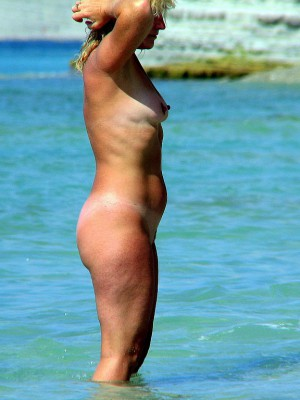 Nude girls at the beach caught about cam