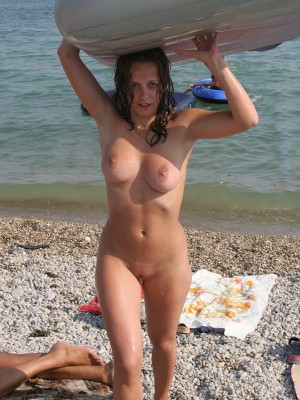 Exhibitionist hottie Daria wants to be nude in front of the camera.