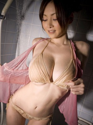 Spoils the lady giant figure with baths over bra