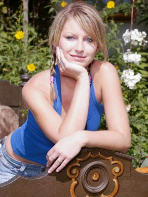 Hot Golden-haired Rosie gets slutty outside and peels off to toy honeypot