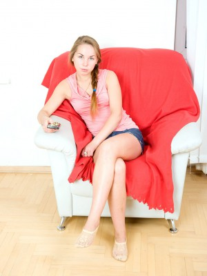 Cool teen hottie frigging her damp cooter in a chair