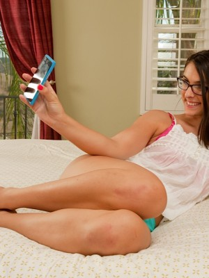Geeky babe Alannah Monroe rams pussy with glass toy.
