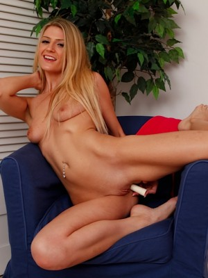 tall-babe-amanda-tate-stuffs-pussy-with-her-dildo-14