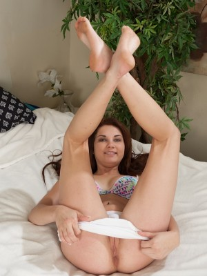 athletic-coed-henley-hart-spreads-her-shaved-pussy-10