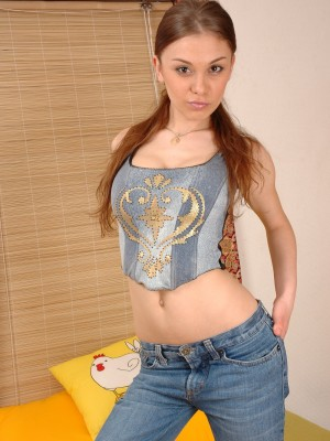 Pleasing teen babe widens shaven labia on sofa