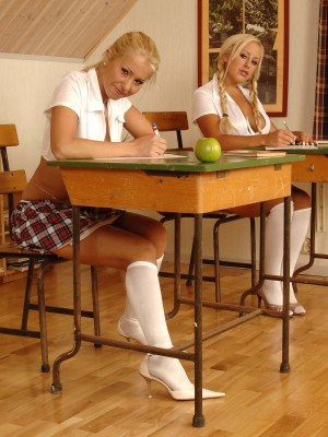 These 2 hot blondes eat cootchie in the classroom