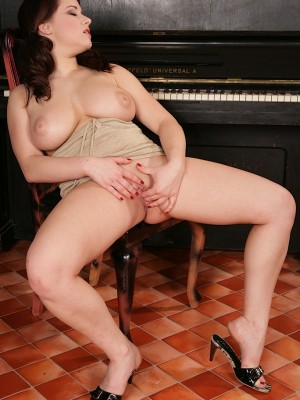 busty-babe-teri-strips-and-shows-off-her-huge-jugs-14