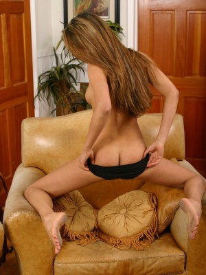 long-haired-paola-shows-off-her-perfect-ass-9